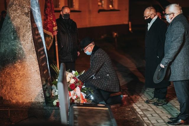 Pomnik-Paderewski-18-11-2020-2048-złożenie kwiatów (640x427)